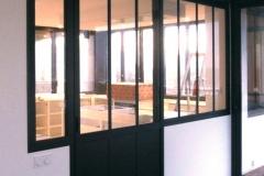 Menuiserie intérieure - verrière aluminium style atelier avec porte coulissante suspendue
